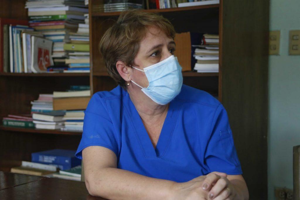 Doctora en Ciencia Lissette Pérez Santos, licenciada en microbiología y miembro del equipo de trabajo que desarrolla estudios de vigilancia genómica.